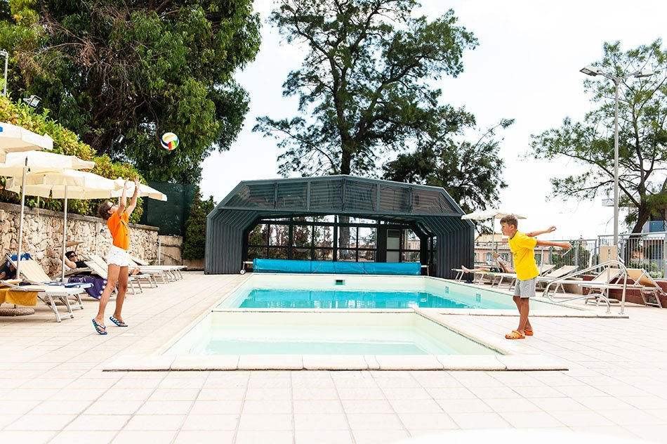 Bambini in piscina che giocano a pallavolo finale ligure