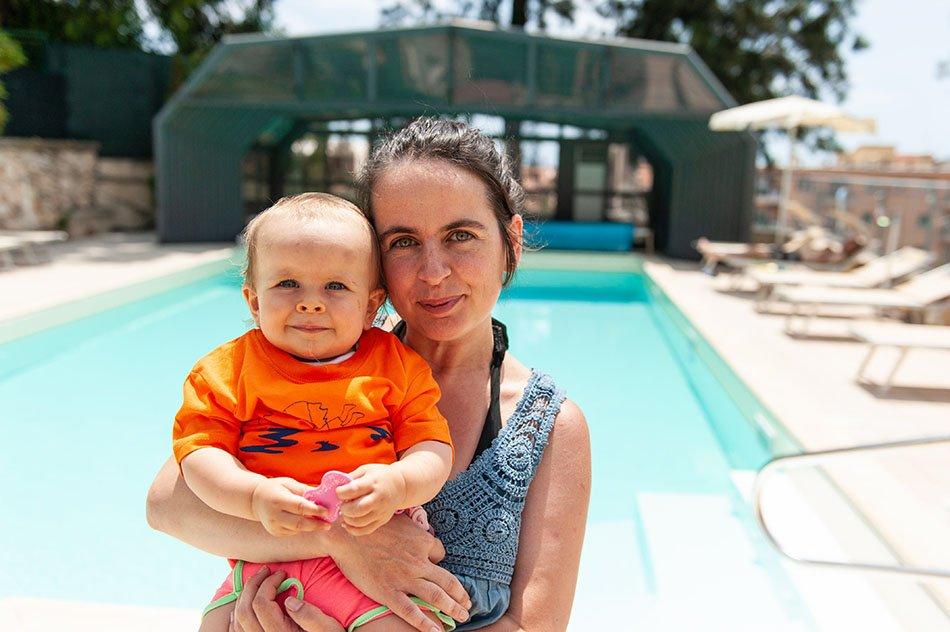 Mamma in piscina