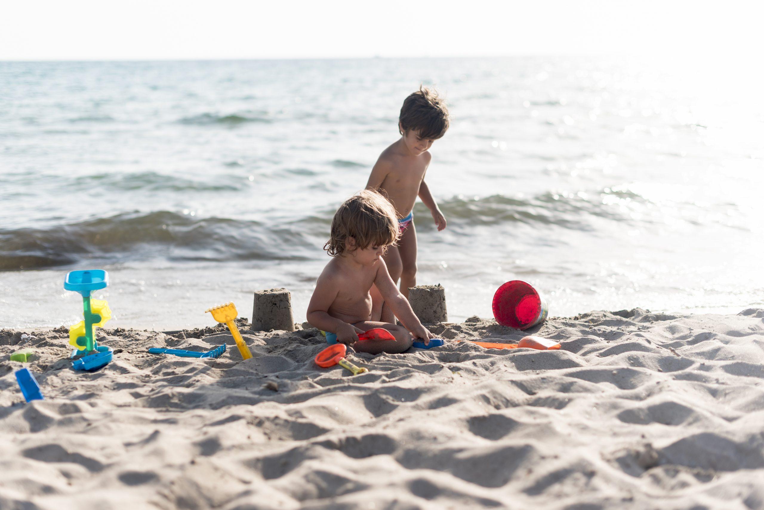 bambini-sulla-spiaggia in liguria