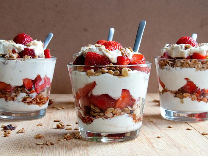 Ricetta riviera dei bambini yogurt in bicchiere con le fragole e granola