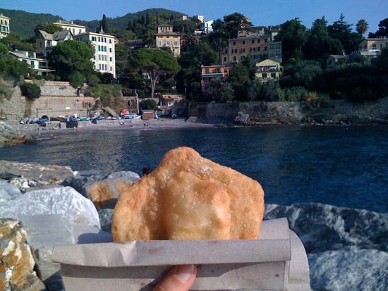 Autunno in cucina foccaccette tipiche di Recco da mangiare sul mare