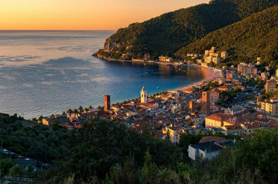 Noli_alba_e-panorama_del_borgo_medievale_e_della_spiaggia