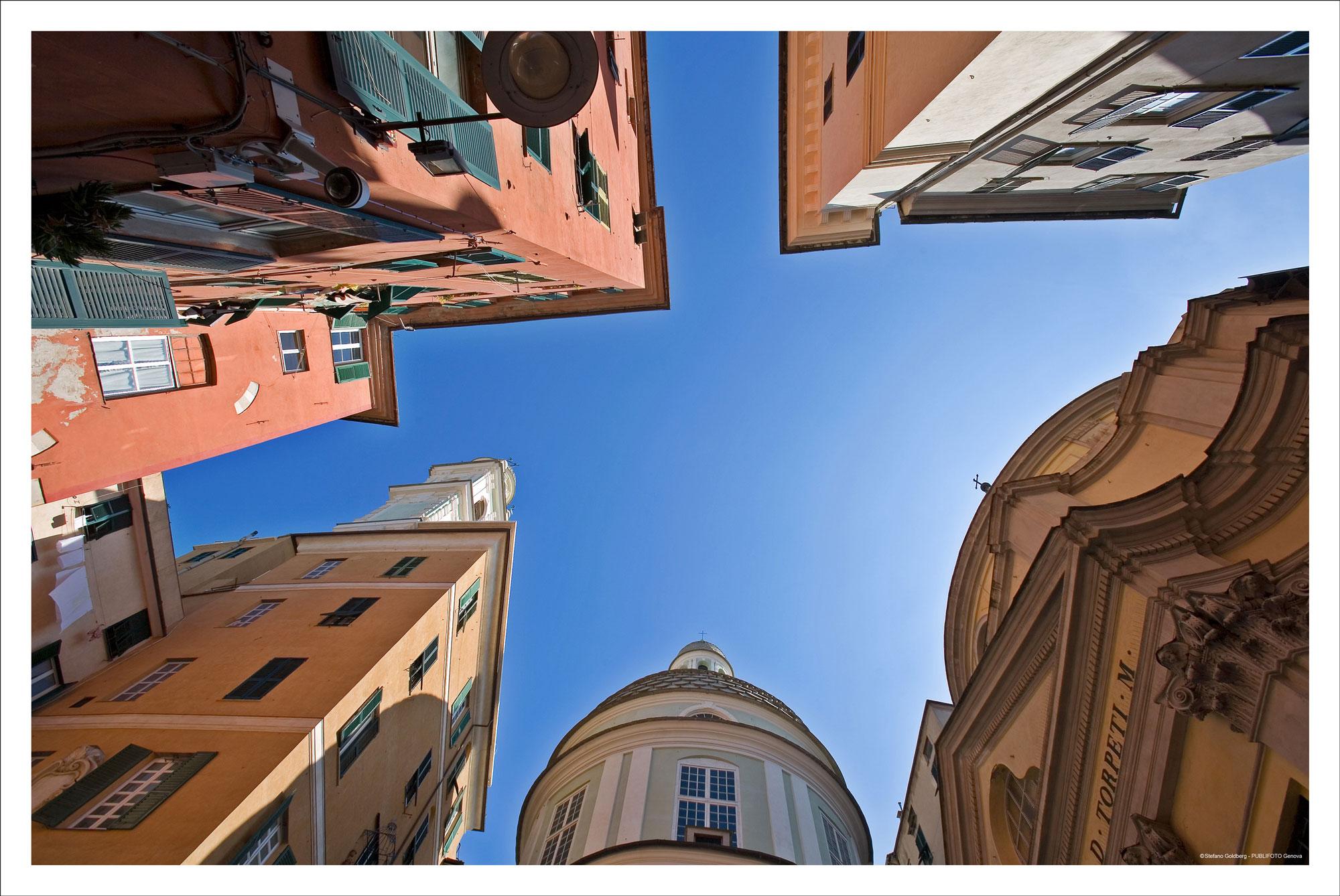 Cielo azzurro tra i vicoli di Genova