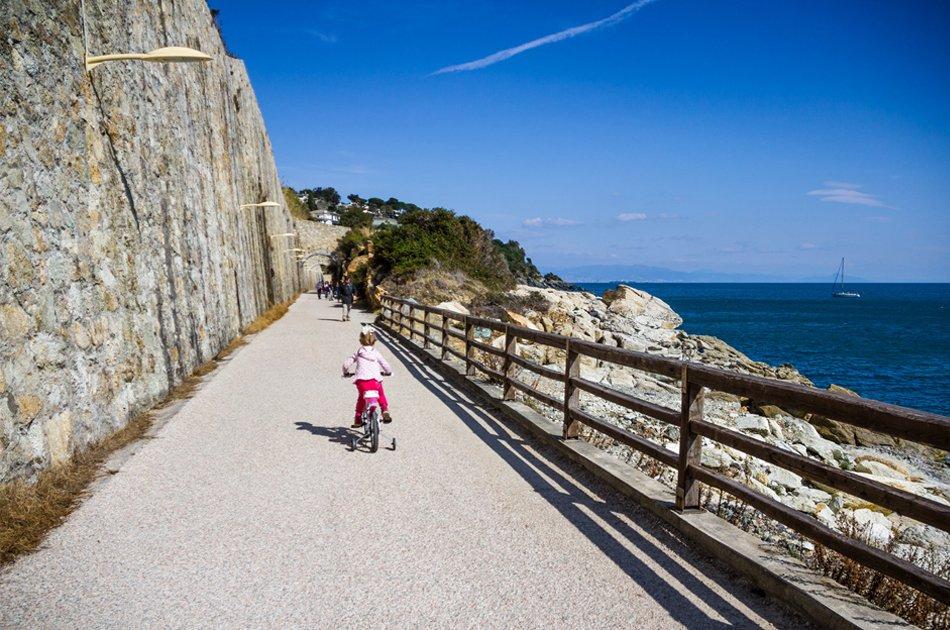 bambina-in-bici-su-pista-ciclabile-di-varazze-lungomare-europa