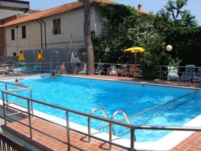 astra-hotel-piscina