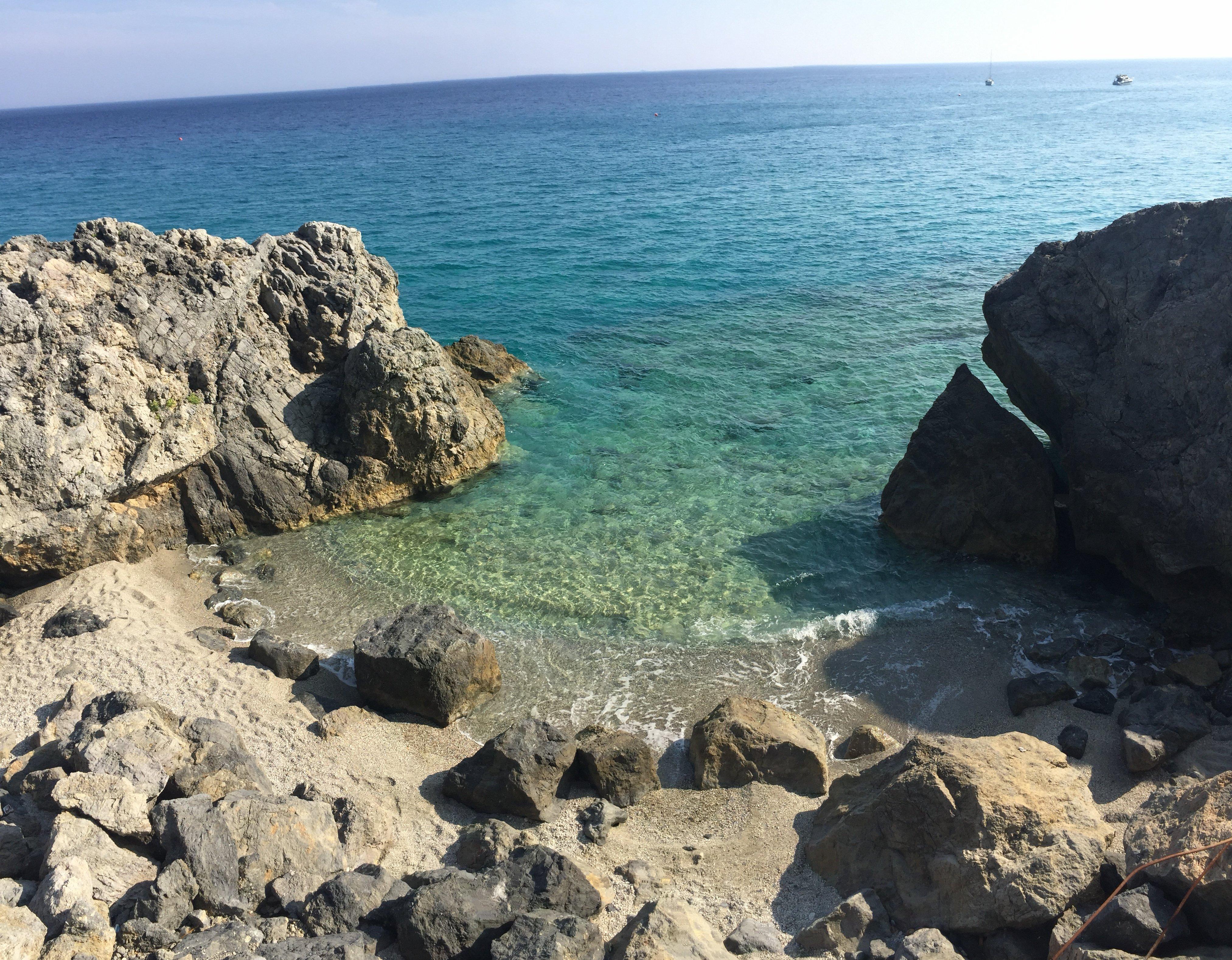 Varigotti spiaggia isolata con mare cristallino