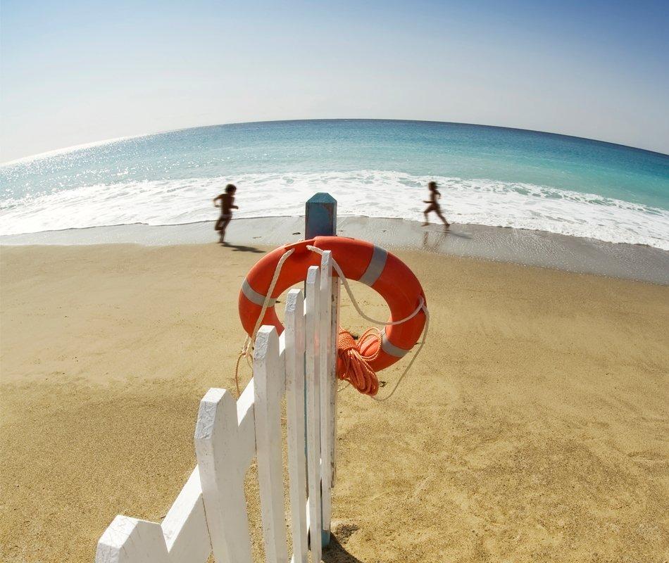bambini-che-corrono-sulla-spiaggia-di-finale-ligure