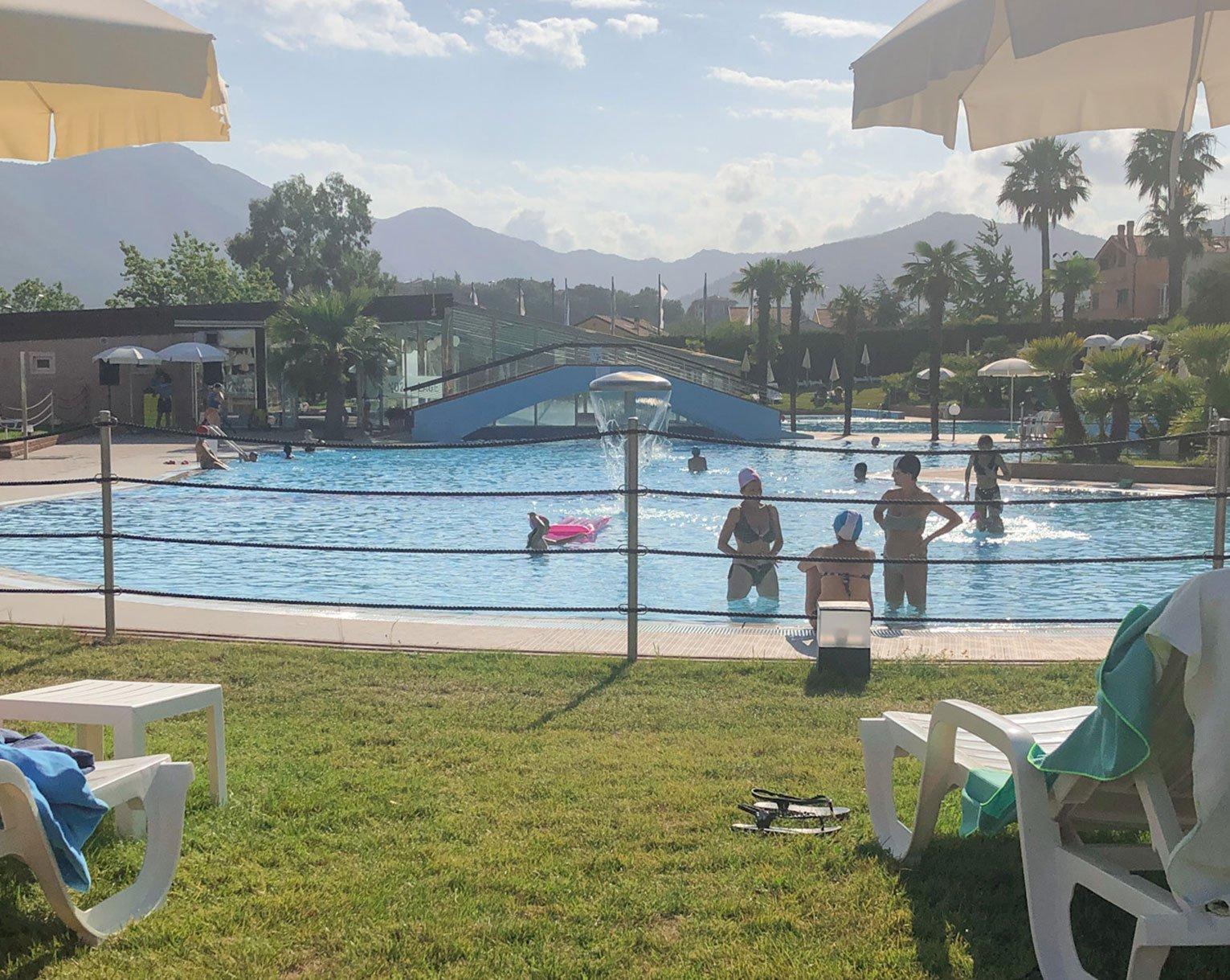 Lettini-a-Bordo-piscina-Loano-2-Village